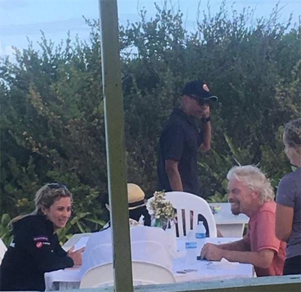 Phát sốt hình ảnh vợ chồng Obama trong kỳ nghỉ sau khi rời Nhà Trắng