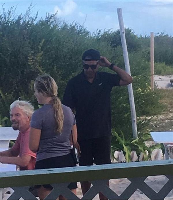Ông Obama trong trang phục... đen nguyên cây cùng tỉ phú Branson với chiếc áo hồng tươi tắn cùng khuôn mặt luôn nở nụ cười