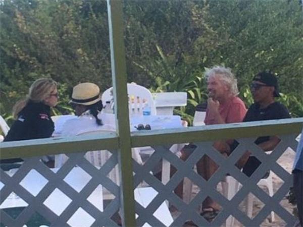 Trong khi đó, bà Obama thì mặc sơ mi trắng, đội nón rơm đi biển và tóc được tết lại gọn gàng.