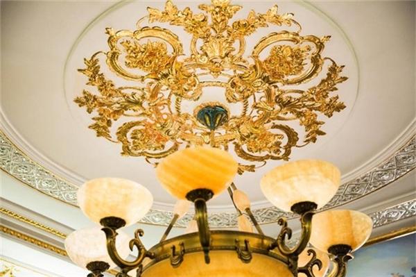 Phòng ăn của Lý Nhã Kỳ có thể mời đến hơn 20 khách, được trang trí cầu kì với những đèn chùm, trần nhà, tường nhà đều không thể thiếu những chi tiết trang trí dát vàng. - Tin sao Viet - Tin tuc sao Viet - Scandal sao Viet - Tin tuc cua Sao - Tin cua Sao