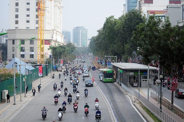 Không có phương tiện đi lấn làn xe buýt nhanh trên đường Giảng Võ như hằng ngày bởi, làn đường đường bên ngoài quá rộng rãi.