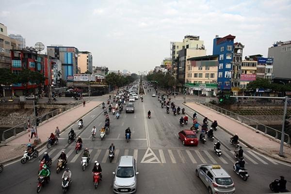 Đường Nguyễn Khánh Toàn giao thông đi lại dễ dàng.