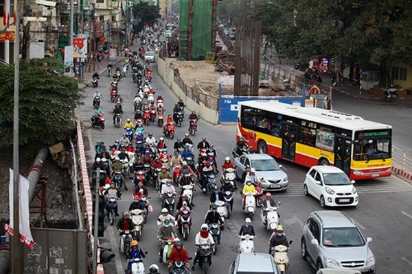 Trên đường Cầu Giấy dù lượng phương tiện có tăng lên so với dịp Tết nhưng cũng không xảy ra hiện tượng ùn tắc.