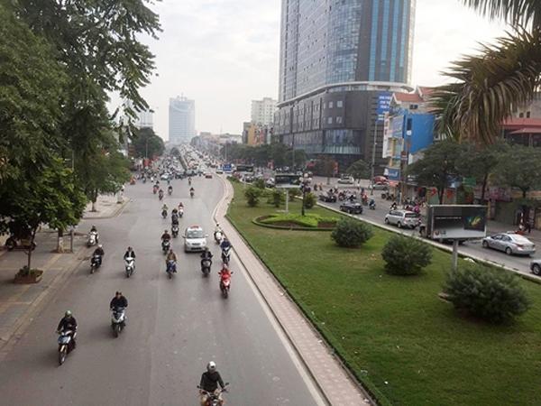 Các phương tiện giao thông đi lại khá dễ dàng trên các tuyến phố.
