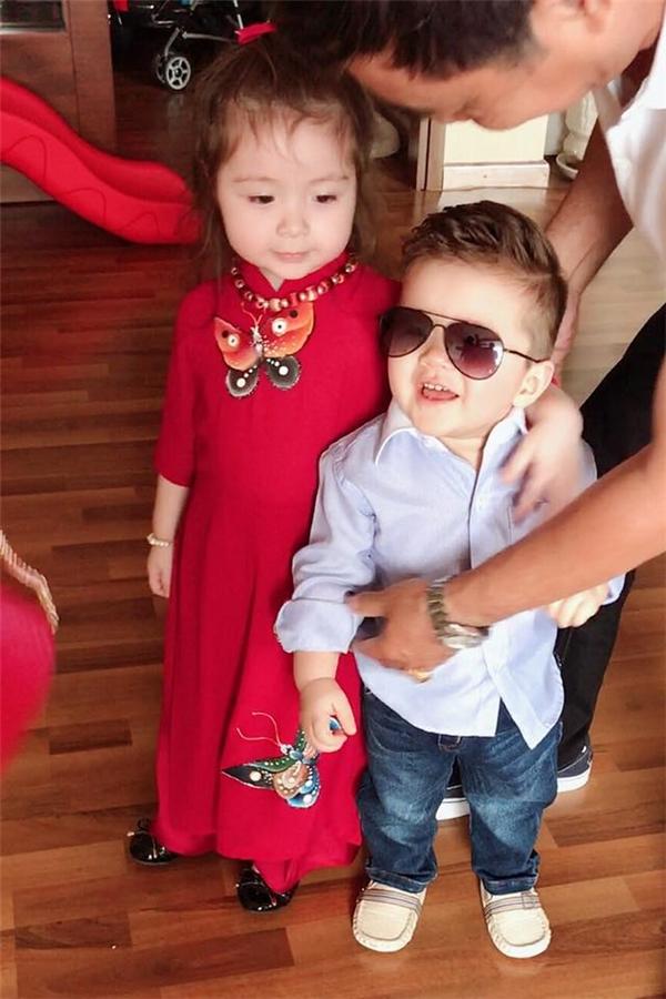 Cadie Mộc Trà và em trai Alfie Túc Mạchxúng xính diện đồ đẹp theo ông bà ngoại đi chúc Tết họ hàng. - Tin sao Viet - Tin tuc sao Viet - Scandal sao Viet - Tin tuc cua Sao - Tin cua Sao