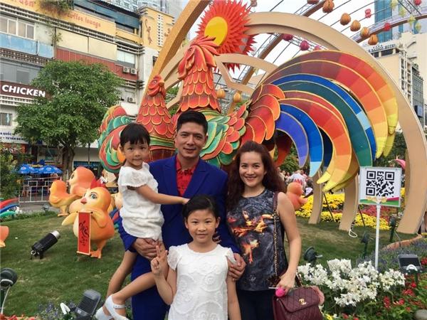 """Hai """"công chúa"""" của Bình Minh diện đồ đôi đi chơi cùng bố mẹ ở đường hoa Nguyễn Huệ. - Tin sao Viet - Tin tuc sao Viet - Scandal sao Viet - Tin tuc cua Sao - Tin cua Sao"""