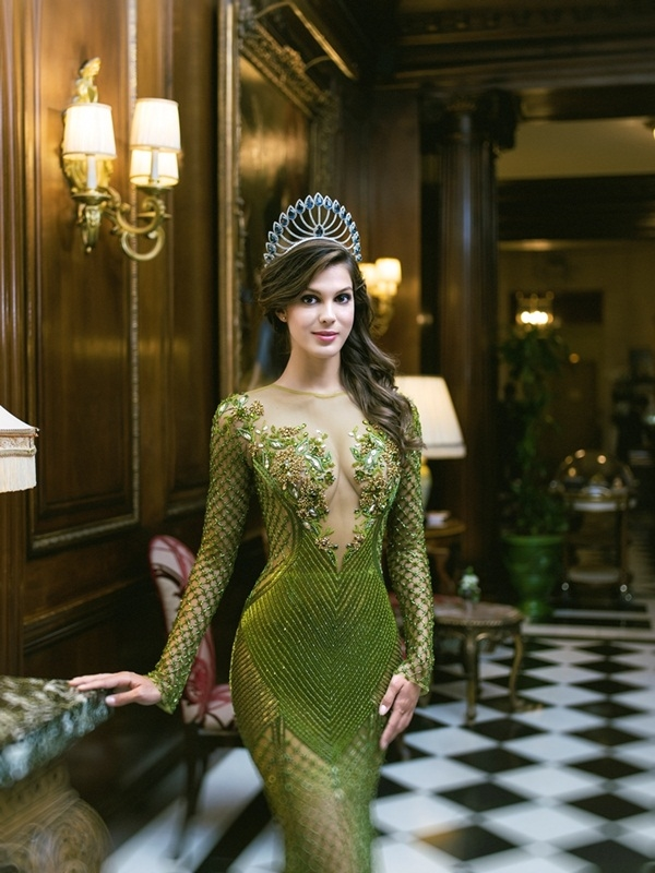 Với thiết kế màu xanh lá mạ nổi bật, dường như Iris Mittenaere có phần nổi bật, cuốn hút hơn Bebe Phạm nhờ lối trang điểm môi lì phù hợp.