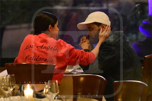 Selena Gomez và The Weeknd hôn nhau, chính thức công khai hẹn hò
