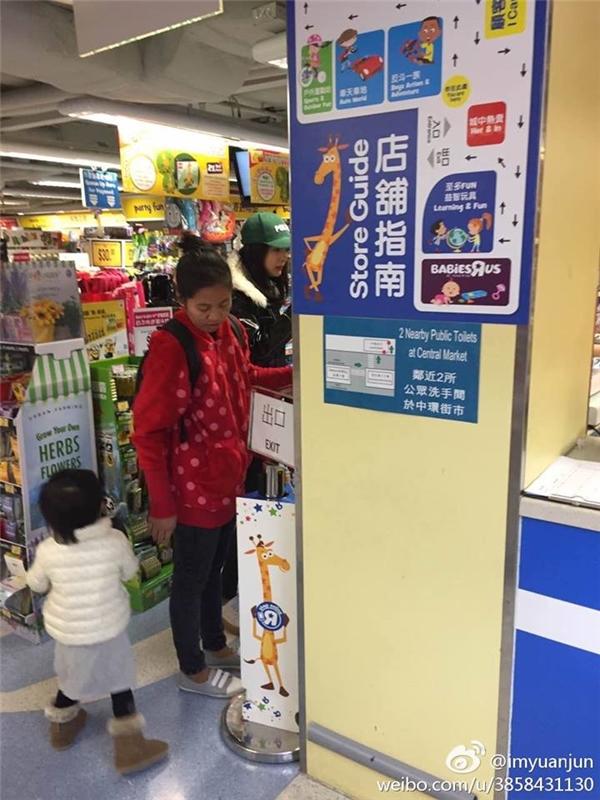 Ngày mùng 1 Tết Dương Mịch bay đếnHồng Kông để ăn Tết cùng gia đình Lưu Khải Uy và con gái Tiểu Gạo Nếp.