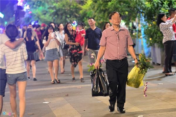 Vào đêm bế mạc đường hoa, không ít người tranh thủ mang hoa về nhà. (Ảnh: Zing.vn)