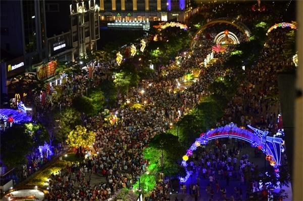 Đường hoa Nguyễn Huệ năm nay thu hút đông người dân đến tham quan, vui chơi.(Ảnh: Dantri)