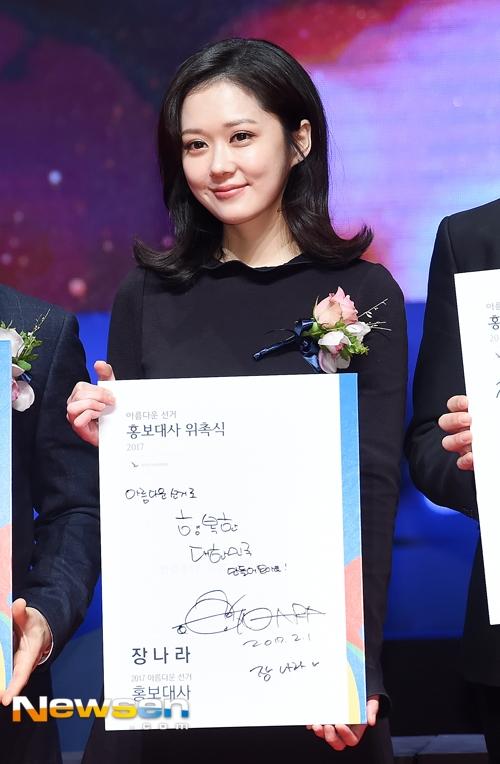 Cô vui vẻ kí tặng fan trong sự kiện ngày 01/02.