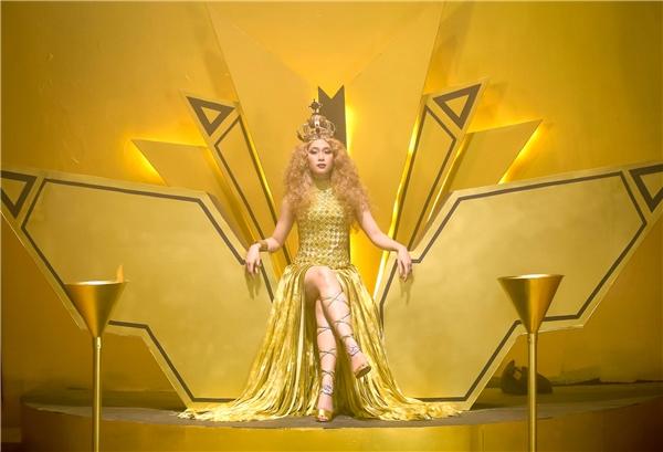 Khi Mỹ Tâm giới thiệu teaser của MV này, đã có nhiều dự đoán đây sẽ là một sản phẩm nhạc dance hoành tráng, được đầu tư với những kỹ xảo đẹp mắt. - Tin sao Viet - Tin tuc sao Viet - Scandal sao Viet - Tin tuc cua Sao - Tin cua Sao