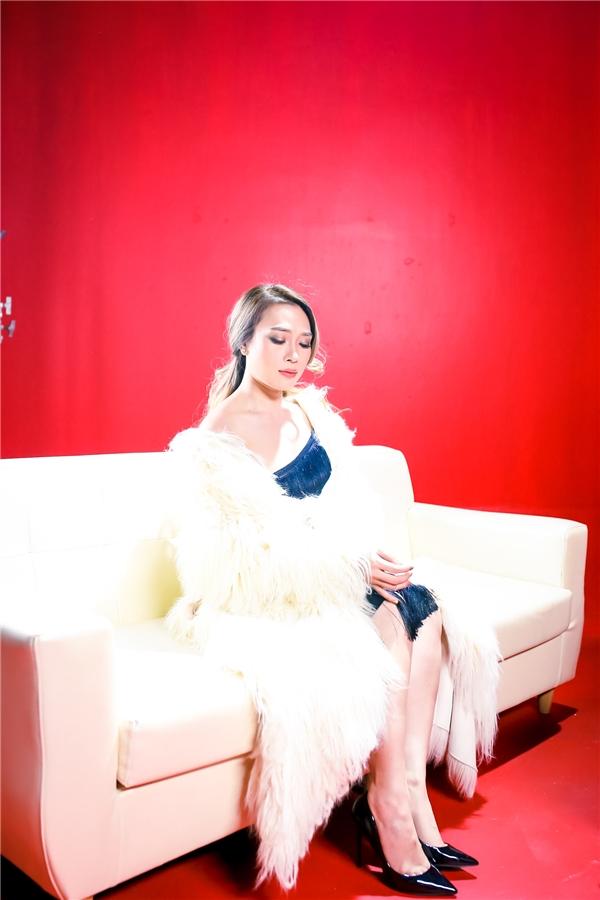 Mỹ Tâm kiêu sa với chiếc váy đen phối với khăn choàng trắng đậm chất Hàn Quốc. - Tin sao Viet - Tin tuc sao Viet - Scandal sao Viet - Tin tuc cua Sao - Tin cua Sao