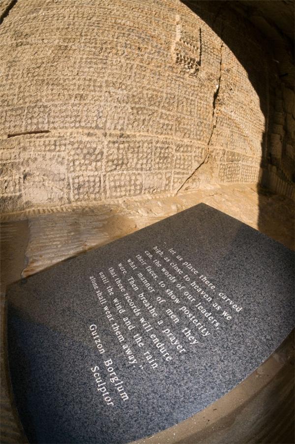 Một tấm bia tưởng niệm cha đẻ của công trình vĩ đại này - Gutzon Borglum.