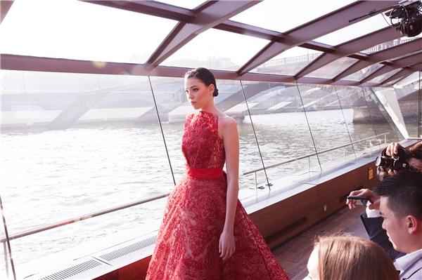 Jessica Minh Anh lộng lẫy catwalk trên du thuyền ở sông Seine