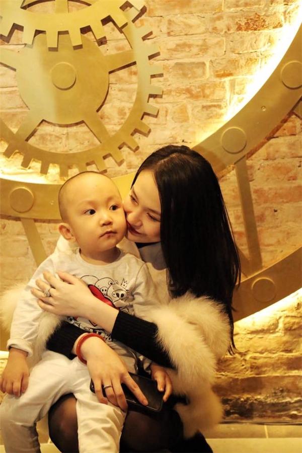 Tuấn Hưng đưa vợ mang bầu 8 tháng đi lễ chùa đầu năm - Tin sao Viet - Tin tuc sao Viet - Scandal sao Viet - Tin tuc cua Sao - Tin cua Sao