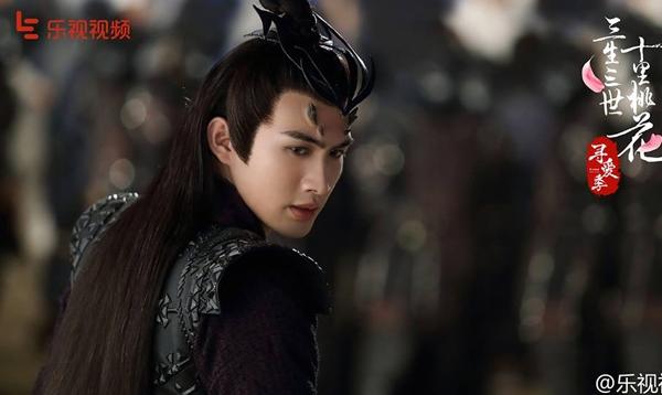 Vớitạo hình tóc dài, y phục tối màu thâm trầm quyến rũ, Ly Kính được nhận xét là nhân vật đẹp nhất phim.