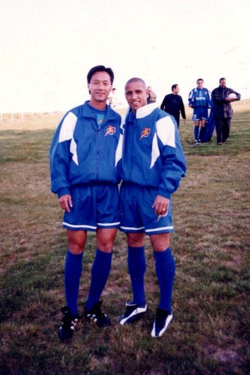 Huỳnh Đức và hậu vệ huyền thoại Roberto Carlos.