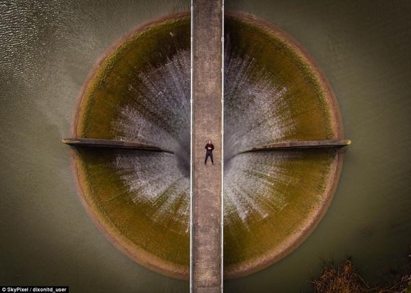 Bức ảnh đạt giải nhì cuộc thi thuộc về Dixonltd_user với hình ảnh anh nằm trên một cây cầu bắc qua đập tràn.