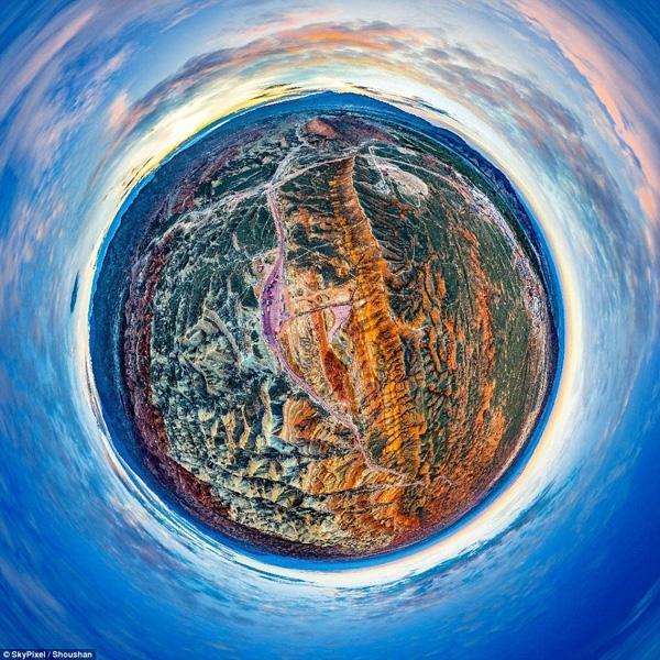 Giải ba hạng mục ảnh 360 thuộc về tác giả Shoushan với ảnh chụp quang cảnh núi đá đa sắc màu tại một công viên ở Trung Quốc.