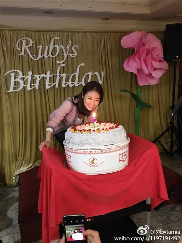 Lâm Tâm Như tươi tắn chào đón sinh nhật thứ 41 cùng bạn bè.