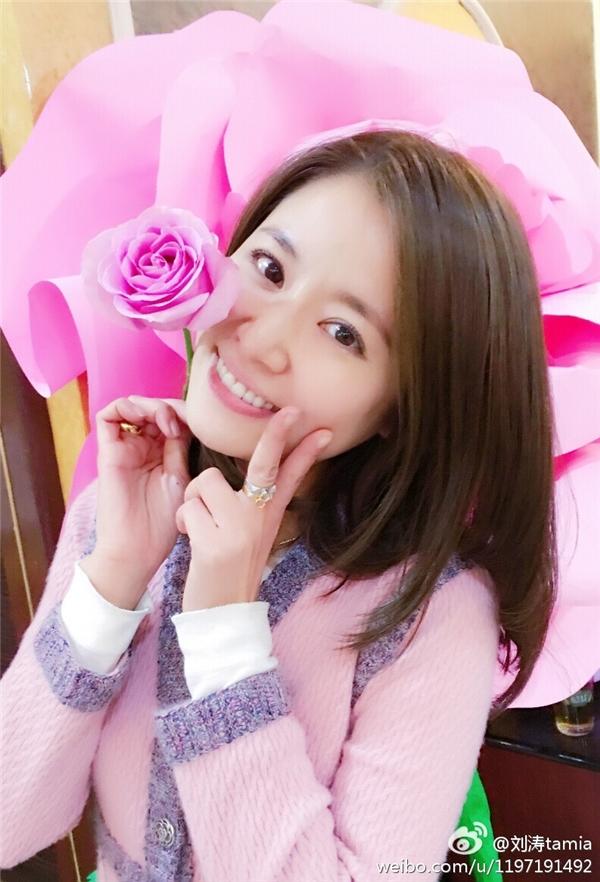 """Lâm Tâm Nhưxinh đẹp đáng yêu như gái đôi mươi, nụ cười rạng rỡ, thần sắc """"tươi roi rói""""."""