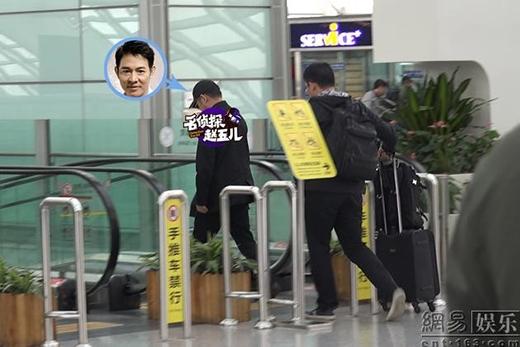 Ngôi sao tầm cỡ quốc tế diện trang phục đơn giản tại sân bay.