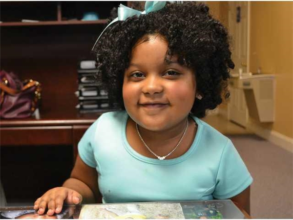 Dù còn nhỏ tuổi nhưng cô bé đã sớm bộc lộ sở thích đặc biệt với sách.