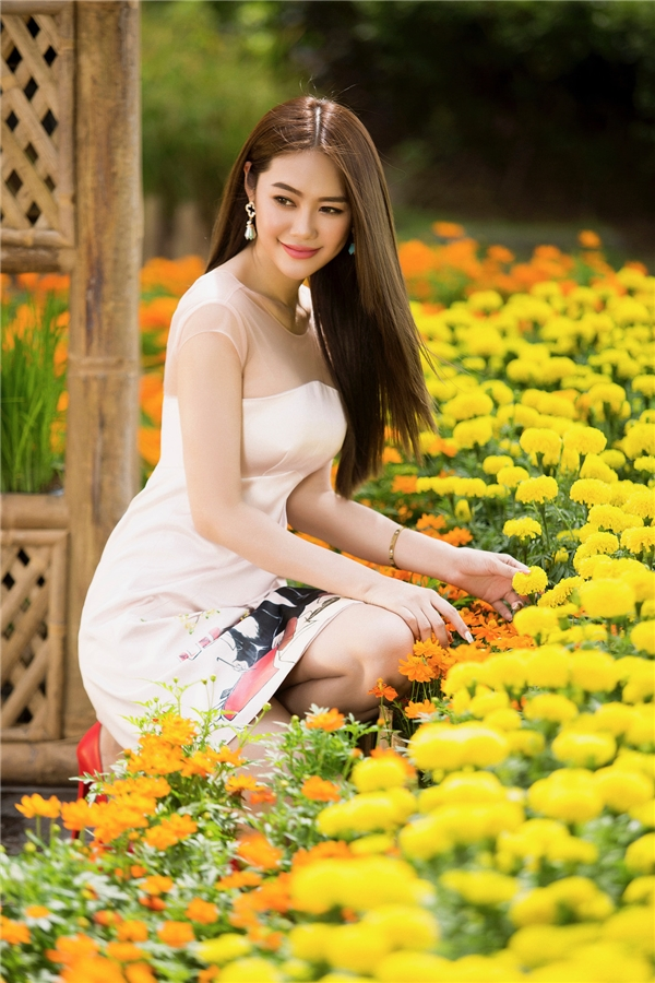 Linh Chi rạng rỡ với váy áo tinh khôi ngày đầu năm