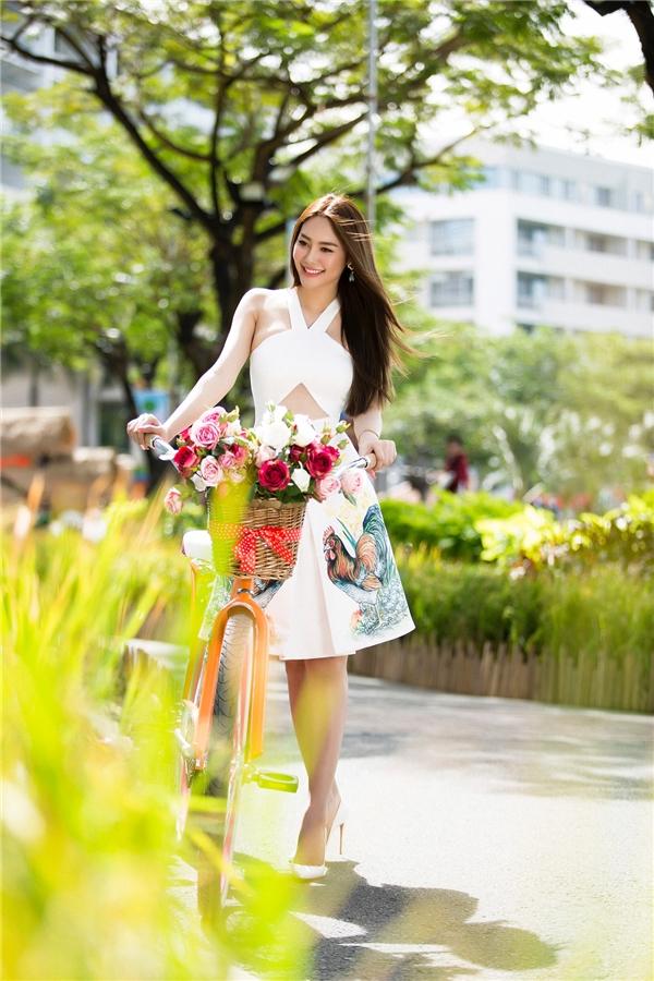 Với phom váy xòe, cổ yếm thắt chéo, NTKĐỗ Long tạo điểm nhấn bằng chi tiết cut-out táo bạo nơi vòng một. Nữ người mẫu càng trở nên duyên dáng với giày cao mũi nhọn được kết hợp đồng điệu sắc trắng của trang phục. Tông màu trung tính, thanh lịch này vẫn được ưa chuộng giữa dòng chảy của hàng loạt xu hướng màu sắc mới mẻ.