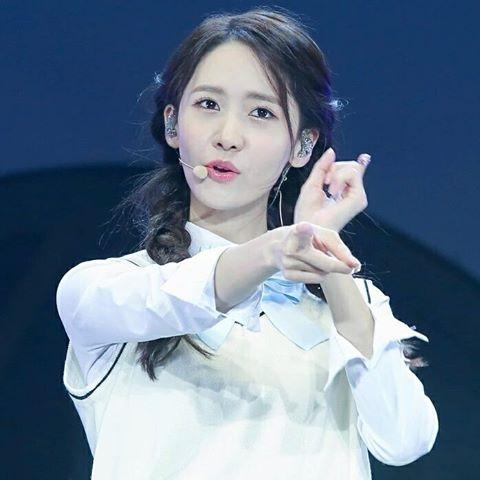 Nhan sắc của Yoonađược đánh giá là ngày càng trẻ ra theo năm tháng. Bởi người ta không hề thấy dấu hiệu gìađi trên gương mặt của cô mà chỉ thấy các đường nét ngày càng sắc sảo hơn theo thời gian.