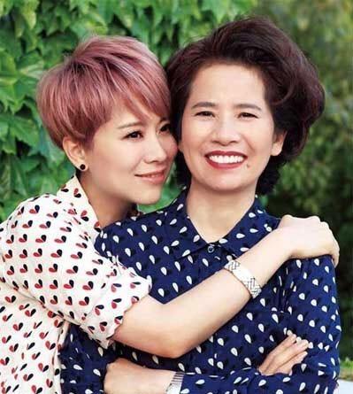 Bất ngờ trước nhan sắc đẹp hơn cả con gái của mẹ các sao nữ Hoa ngữ