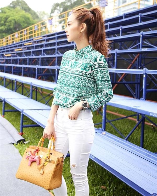 Sắc xanh ngọc sang trọng cùng loạt họa tiết cầu kì khiến người đối diện khó thể rời mắt với Minh Hằng. Nữ ca sĩ luôn ưa chuộng trang phục tối giản như phong cách trong đời sống thường nhật.