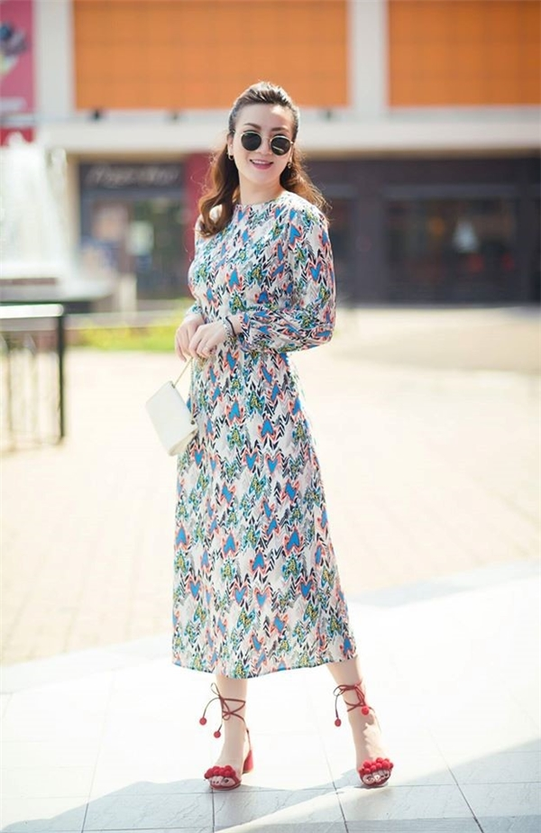 Với những bông hoa li ti, nhỏ xinh trên nền vải voan, chiffon mềm mại, hai chị em Yến Trang - Yến Nhi trông vô cùng bắt mắt bởi sự trẻ trung, nữ tính, nổi bật nhưng hòa hợp với không khí đầu Xuân.