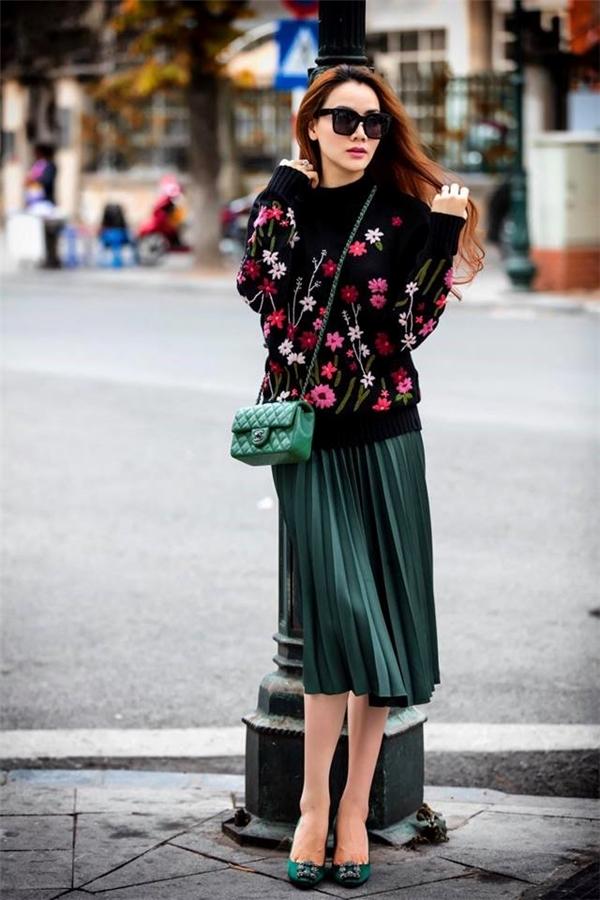Cánh đồng hoa nhiệt đới được tái hiện trên chiếc áo phom rộng của Trang Nhung với sắc hồng, đỏ nổi bật.