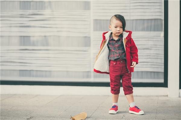 Trong những ngày đầu năm, Đỗ Mạnh Cường lại dành thời gian để được ở bên cạnh cậu con trai và mang lại cho bé niềm vui như bạn bè cùng trang lứa nhân dịp xuân về. Xuống phố dạo chơi, cậu bé được bố cho diện trang phục màu đỏ rực rỡ kết hợp quần jeans xoắn gấu, áo khoác, sơ mi kẻ caro cùng giày slip-on.