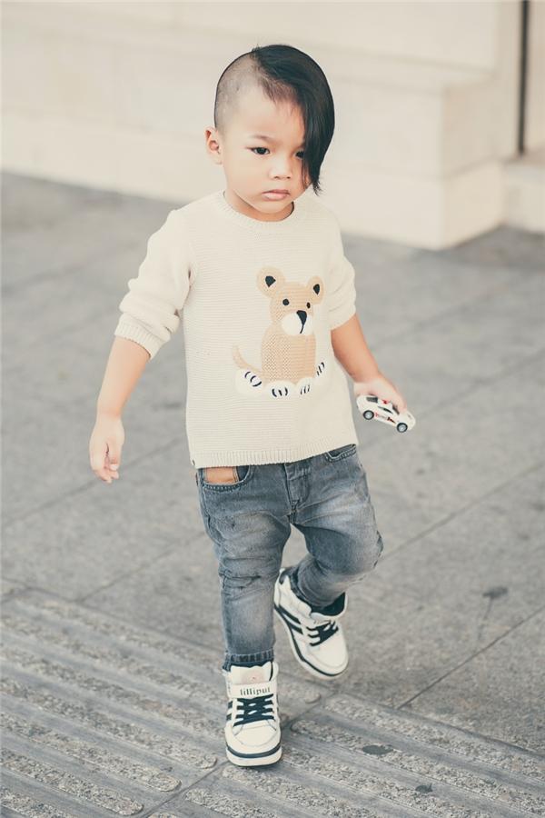 Chỉ với quần jeans và áo phông đơn giản, cậu bé vẫn cực kì thu hút mọi ánh nhìn của khách qua đường trên phố. Trang phục dù thể hiện phong cách như các tín đồ thời trang nhưng vẫn phù hợp với độ tuổi của Nhím.