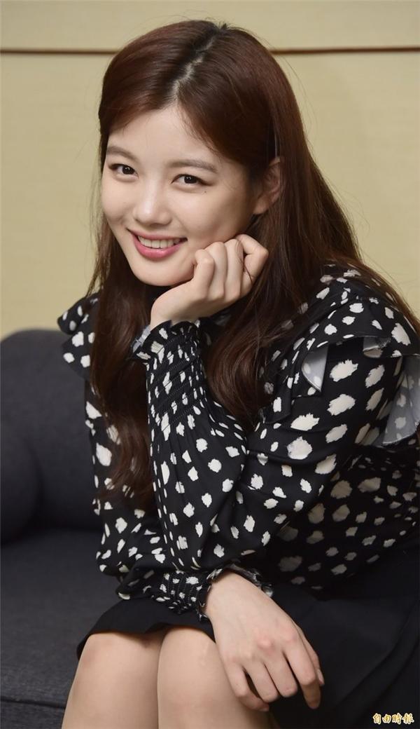 Lịch trình dày đặc nhưng Kim Yoo Jung vẫn giữ nụ cười tươi tắn trên môi