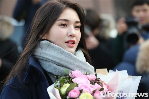 """Bông hồng lai Somi rạng rỡ """"không góc chết"""" tại lễ tốt nghiệp cấp 2"""