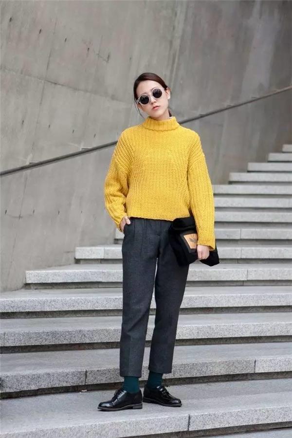 Trang phục màu vàng nên là lựa chọn ưu tiên của những người mệnh Kim trong năm nay.