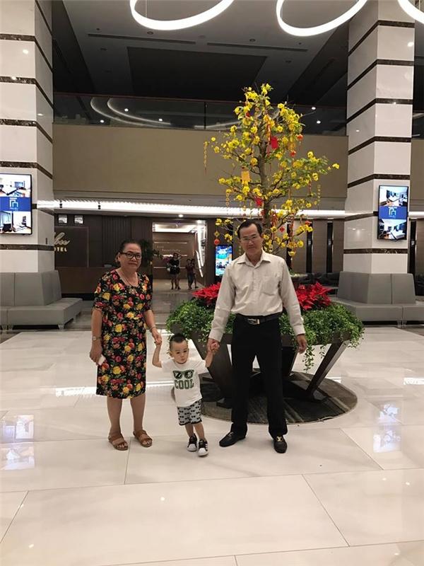 Vợ chồng Ngọc Thạch đưa con trai đi biển chơi Tết cùng ông bà ngoại - Tin sao Viet - Tin tuc sao Viet - Scandal sao Viet - Tin tuc cua Sao - Tin cua Sao