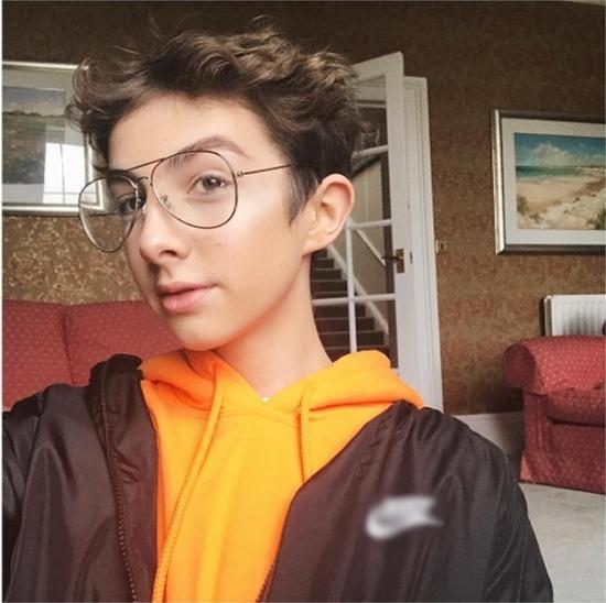 Make up xinh hơn con gái, chàng trai 17 tuổi trở thành đại sứ mĩ phẩm