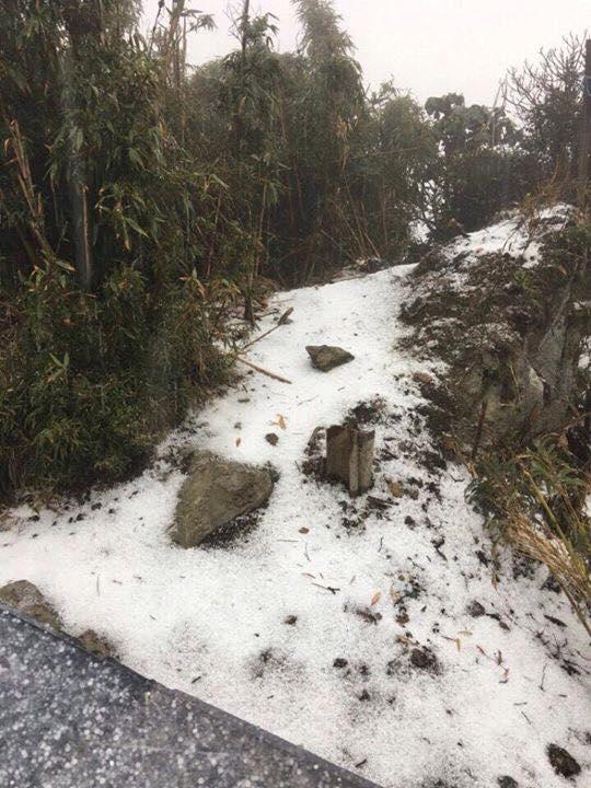 Mưa đá phủ trắng Fansipan khiến nhiều người lầm tưởng tuyết rơi
