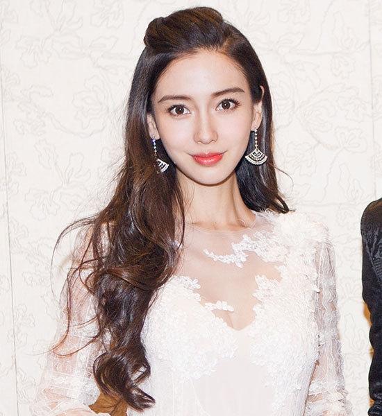 Angela Baby đẹp dịu dàng trong bộ đầm trắng thanh khiết.