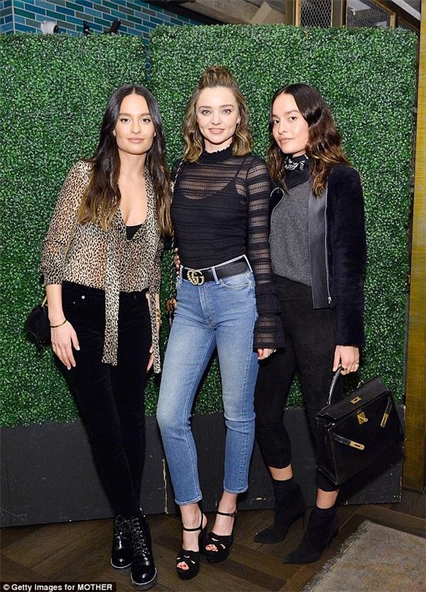 Mặc dù chỉ diện quần jeans, áo thun nhưng siêu mẫu vẫn vô cùng nổi bật.