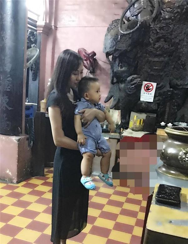 Phi Thanh Vân đi chùa đầu năm cùng con trai. - Tin sao Viet - Tin tuc sao Viet - Scandal sao Viet - Tin tuc cua Sao - Tin cua Sao