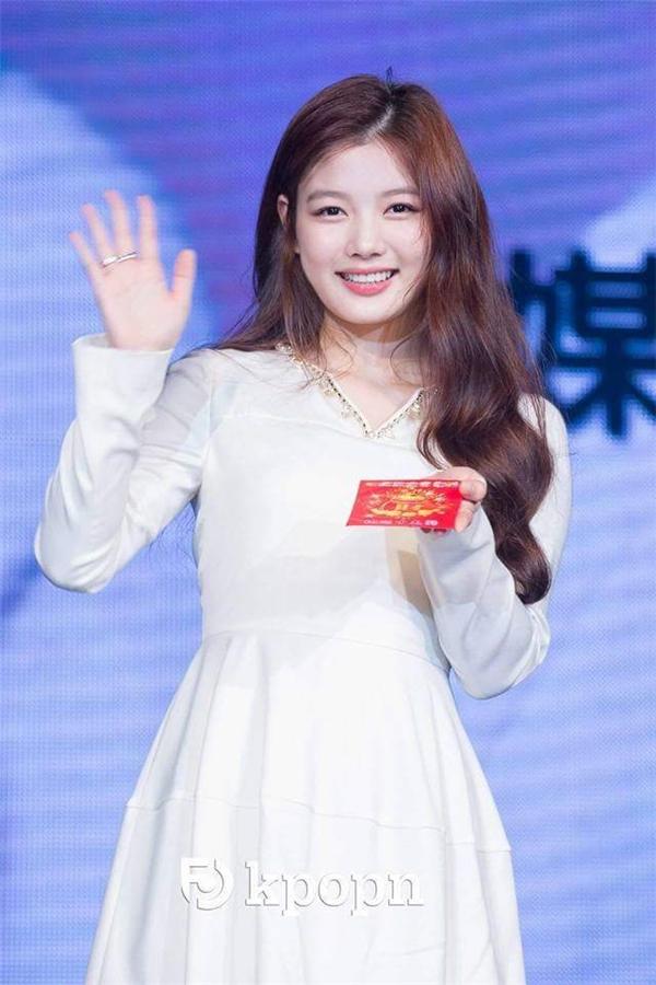 Kim Yoo Jung ra dáng thiếu nữ xinh đẹp, dịu dàng