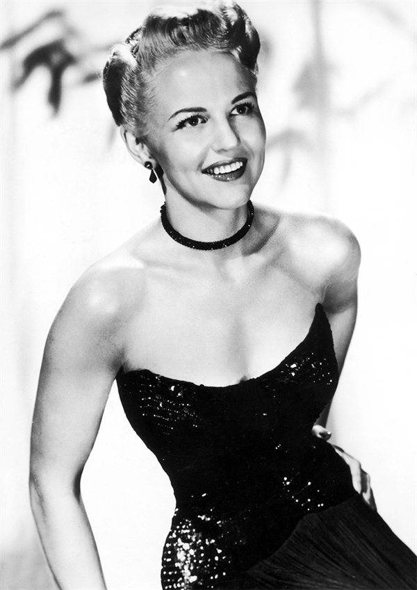 Từ năm 1940, Peggy Lee, nữ ca sĩ nhạc jazz huyền thoại đã gây ấn tượng mạnh mẽ với vẻ ngoài quyến rũ tột bậc cùng chiếc vòng cổ lấp lánh ôm sát. Đây cũng được cho là một trong những hình ảnh nổi bật nhất của cô trong suốt sự nghiệp cầm ca.