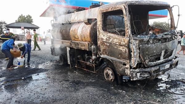 Chiếc xe chở xăng bất ngờ bị bốc cháy. (Ảnh: B.Đ)